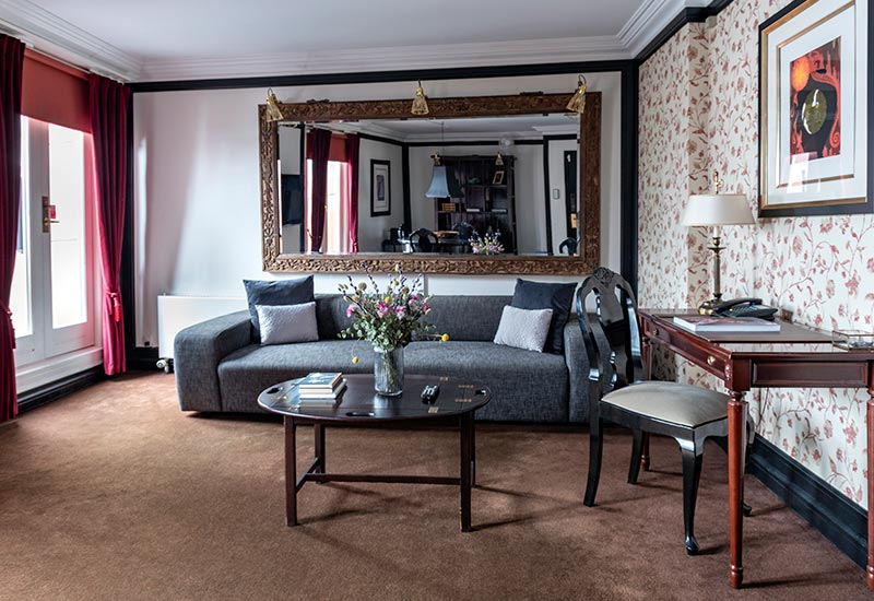 Stuen på Dronning Louise Suiten med sofa, sofabord og skrivebord