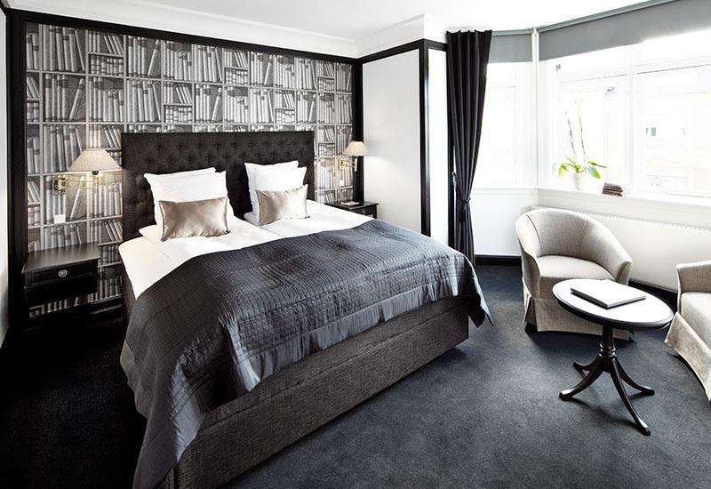 Bibliotek inspireret standard værelse med dobbeltseng for 2 personer hos Hotel Kong Frederik
