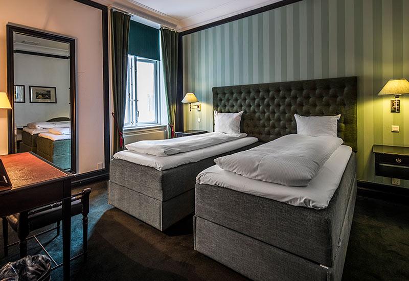 mørke grå standard værelse med separate senge for 3 personer
